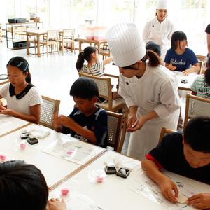【春華堂】工業デザイナーと一緒に<br>上生菓子作り体験!