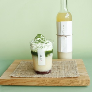 【五穀屋】<br>糀の甘酒に抹茶を+してよりおいしく<br>吟醸麴の抹茶甘酒-豆乳クリームがけ-